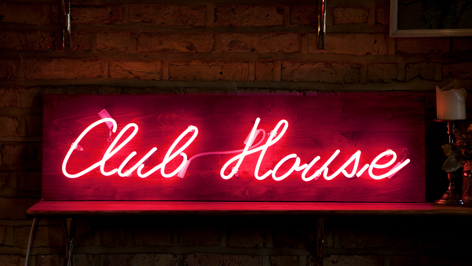 Neon light writing red club house